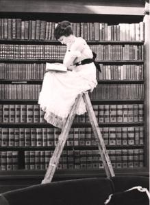 femme-echelle-livres